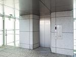 高層ビル街の屋外エレベーター
