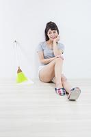 掃除用具と女性