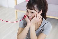女性と赤い糸