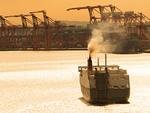 出航する貨物船