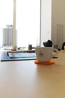 オフィス 机の上のティーカップ