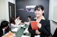 会議風景 笑顔のビジネスウーマン