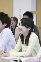 笑顔で授業を受ける女子学生