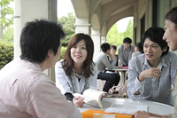 カフェテラスで話し合う学生たち
