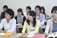 真剣に講義を受ける学生たち