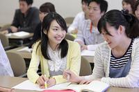 笑顔で授業を受ける女子学生2人