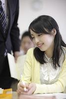 授業を受ける笑顔の女子学生