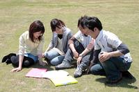 芝生の上で話す学生たち