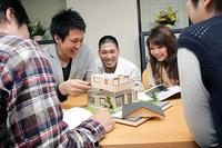 ミニチュアハウスを使った授業を受ける学生