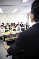 楽しそうに講師の話を聞く生徒たち