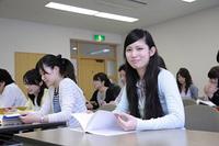 授業中 ノートを開く女子学生