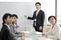 企画会議をするビジネスマンとビジネスウーマン