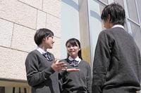 屋外 会話をしている高校生たち
