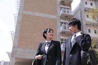 登校する男子高生と女子高生