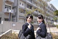 友達同士で登校する高校生