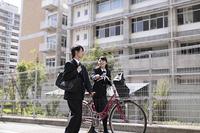 自転車で登校する高校生