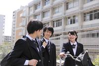 仲良く下校する高校生たち