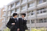 下校途中の男子高生と女子高生