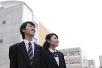 空を見上げる高校生