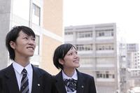 空を見上げる高校生たち