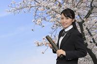 卒業式を迎える女子高生