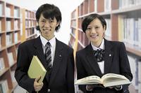 図書室の男子高生と女子高生