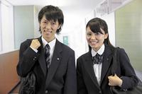 学校の廊下 笑顔の高校生