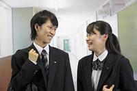 学校の廊下 男子高生と女子高生