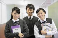 学校の廊下 教科書を抱える高校生