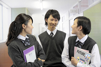 廊下で話す高校生たち