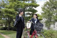 自転車で通学をする女子高生