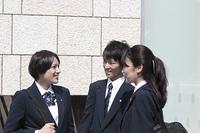 笑顔で話す高校生たち