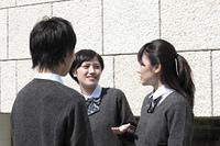 屋外で話し込む高校生たち