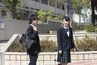 下校する高校生