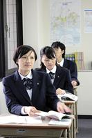授業中 前方を見つめる女子高生