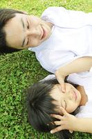 公園で寝転がる父と娘