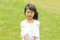 公園に立つ女の子