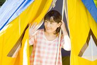 テントの中から外を見る女性