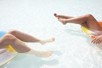 水着女性2人の足