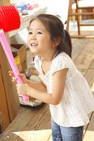 おもちゃのハンマーをもつ女の子