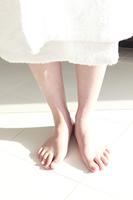 バスローブを着た女性の足元