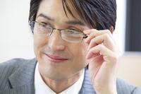 眼鏡をかけるビジネスマン