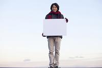 メッセージボードを持つ男性
