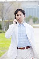 携帯電話で通話するビジネスマン