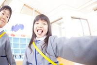 おどける幼稚園児男女