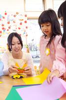 折り紙を折る幼稚園児
