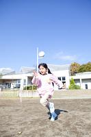 園庭を走る幼稚園女児