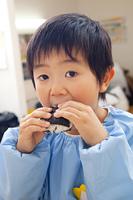 お弁当を食べる幼稚園男児