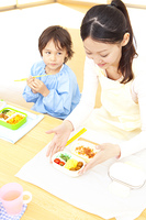 お弁当を食べる幼稚園教諭と幼稚園男児
