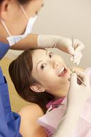 男性歯科医と治療を受ける女性